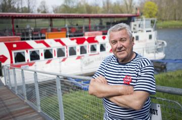 Kapitán Václav Polák pózuje 17. dubna 2019 v Pardubicích u výletní lodi Arnošt z Pardubic. Polák se plavil od roku 1977 na nákladních lodích, na lodi Arnošt je každou sezonu už 19 let. Loď začíná jezdit od dubna a poslední jízdy absolvuje v říjnu, záleží na počasí. V sezoně sveze kolem 7000 cestujících.