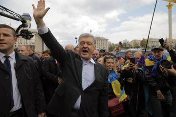 Ukrajinský prezident Petro Porošenko zdraví své příznivce v Kyjevě.