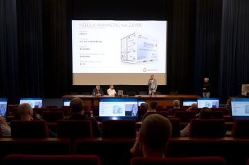 Společnost CE.Energy Czech představila 23. dubna 2019 v Praze novou mobilní velkokapacitní baterii Laura, která umožňuje uložení a zpětné využití elektřiny a lze ji využít například při zajištění sportovních přenosů nebo koncertů.