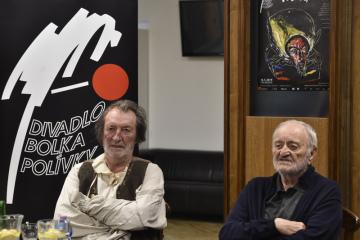Herci Boleslav Polívka (vlevo) a Milan Lasica vystoupili 6. května 2019 v Brně na tiskové konferenci k inscenaci Klíště. Premiéru hry uvede Divadlo Bolka Polívky 10. května.