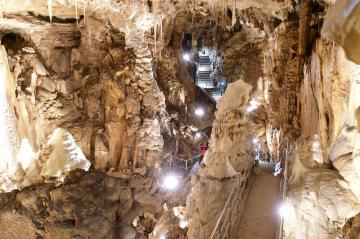 Část Dómu gigantů v Javoříčských jeskyních na severu Drahanské vrchoviny nedaleko od Litovle na snímku z 10. května 2019. Jeskyně byly pro veřejnost zpřístupněny v květnu 1939 a v posledních letech je každoročně navštíví více než 40.000 lidí.