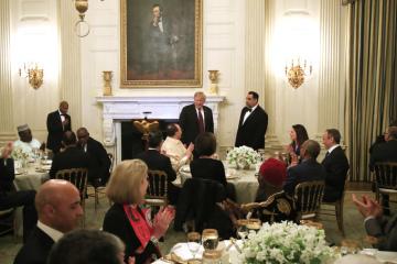 Americký prezident Donald Trump uspořádal pro diplomaty večeři iftár, jíž muslimové o ramadánu přerušují půst.