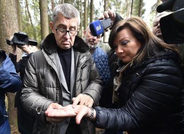 Premiér Andrej Babiš a ministryně financí Alena Schillerová si 15. května 2019 v lokalitě Bílovna nedaleko Bernartic prohlédli lesy zasažené kůrovcem a seznámili se s opatřeními přijatými v boji s lesním škůdcem.