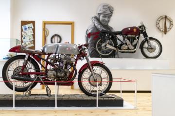 Muzeum motocyklových závodů Czech Road Racing v Hořicích na Jičínsku vstoupilo 16. května 2019 do druhé sezony s expozicí rozšířenou o Síň legend (na snímku), která připomíná slavné závodníky. Muzeum sídlí v hořickém zámku a obměněnou a doplněnou expozicí letos zabralo kromě přízemí i část prvního patra. Návštěvníci uvidí 32 historických i současných motocyklů a desítky dalších exponátů.
