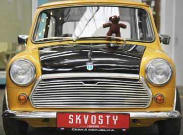 Legendární vůz Mini mistra Beana i s jeho medvídkem byl k vidění 16. května 2019 v Plzni na tiskové konferenci k letošnímu ročníku přehlídky historických i současných automobilů Skvosty s vůní benzínu.