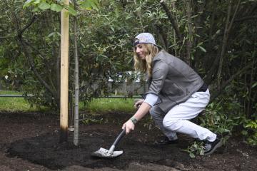 Lyžařka a snowboardistka Ester Ledecká zasadila 17. května 2019 v pražské botanické zahradě strom v rámci projektu Kořeny osobností.