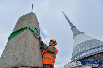 Pracovníci specializované firmy sejmuli 17. května 2019 Rohanský kámen umístěný na vrcholu Ještědu. Historický žulový kámen s letopočtem 1838 čeká oprava.