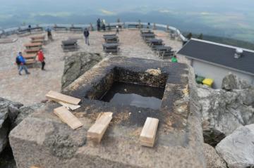 Pracovníci specializované firmy sejmuli 17. května 2019 Rohanský kámen umístěný na vrcholu Ještědu. Historický žulový kámen s letopočtem 1838 čeká oprava. Na snímku je pohled do míst, kde do sebe obě části Rohanova kamene dosedaly.