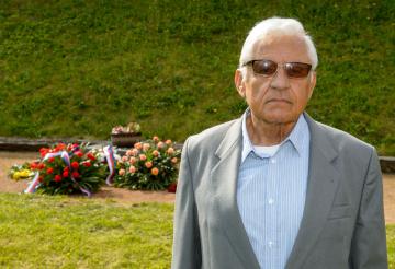 Ladislav Kulhánek, jehož otec byl v roce 1945 popraven v terezínské Malé pevnosti, prochází popravištěm, kde se 19. května 2019 konala vzpomínková akce před tryznou za oběti nacistické perzekuce na Národním hřbitově v Terezíně na Litoměřicku.