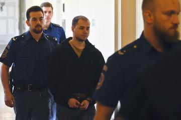 Obžalovaný Dominik Kobulnický (uprostřed) v doprovodu vězeňské stráže přichází k jednání, které pokračovalo 22. května 2019 u pražského městského soudu. Mladík čelí obžalobě z přípravy teroristického útoku, policie nalezla v jeho bytě chemikálie k výrobě výbušniny a návodná videa.