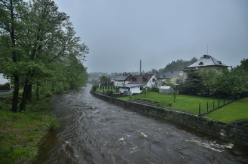 Hladina Smědé v Hejnicích v Jizerských horách se 22. května 2019 ráno dostala na druhý povodňový stupeň, v 10:00 ale klesla pod tuto hranici.