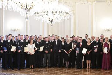 Prezident republiky Miloš Zeman (uprostřed) předal 22. května 2019 na Pražském hradě ocenění Zlatý záchranářský kříž za nejlepší záchranářské činy roku 2018.