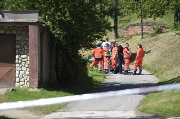 V Dražůvkách na Hodonínsku se 24. května 2019 střílelo. Na snímku jsou záchranáři a policisté u místa incidentu.