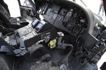 Kokpit vrtulníku americké výroby Sikorsky UH-60A Black Hawk, který přistál 26. května 2019 na brněnském výstavišti. Stroj bude vystaven na veletrhu obranné a bezpečnostní techniky IDET.