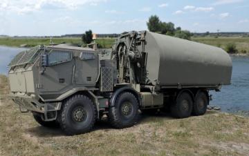 Pontonová mostní souprava IRB (Improved Ribbon Bridge) na podvozku Tatra Force 8x8.