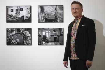 Na Staroměstské radnici v Praze byla 5. června 2019 zahájena výstava snímků z aktuálního ročníku fotožurnalistické soutěže World Press Photo. Na snímku je český fotograf Michael Hanke, který se se svým souborem umístil v kategorii Sport.