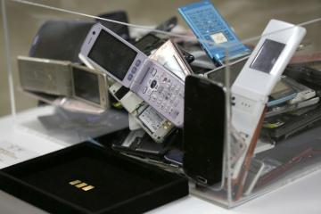 Mobilní telefony určené k recyklaci.