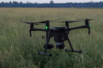 Dobrovolníci pátrali 12. června 2019 pomocí dronů s termovizí po srnčatech na loukách u Ortvínovic na Českobudějovicku. Když s jejich pomocí objeví srnče, zvíře vynesou, případně ho vyplaší.