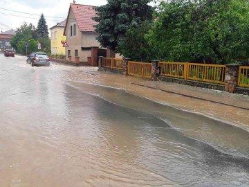 Zatopené sklepy i rozlité menší toky má na svědomí bouřka, která se 13. června vpodvečer prohnala Olomouckým krajem. Zasáhla především Šumpersko, kde mají hasiči na kontě víc než desítku výjezdů.
