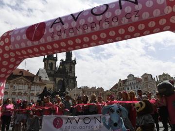 Účastníci tradičního Avon pochodu za zdravá prsa se sešli 15. června 2019 v Praze na Staroměstském náměstí, odkud se vydají na ostrov Štvanice. Chtějí podpořit ženy, které bojují s rakovinou prsu, a zvýšit povědomí veřejnosti o možnostech prevence tohoto onemocnění.