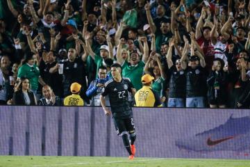 Mexický fotbalista Uriel Antuna se raduje ze svého gólu.
