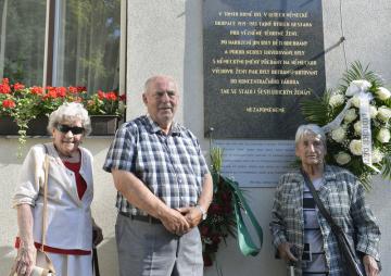 Přeživší z Lidic 16. června 2019 v Praze navštívili několik míst spjatých s osudem obyvatel jejich vyhlazené obce. Nejprve se zastavili v krčské Thomayerově nemocnici, kde za války přebývalo osm lidických kojenců. Na snímku jsou (zleva) Marie Šupíková, Pavel Horešovský a Libuše Součková před domem ve vinohradské Dykově ulici, kde byly za války vězněny těhotné ženy z Lidic.