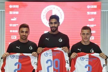 Nové posily fotbalové Slavie zleva David Hovorka, Júsuf Hilál a Tomáš Holeš na tiskové konferenci klubu 17. června 2019 v Praze.