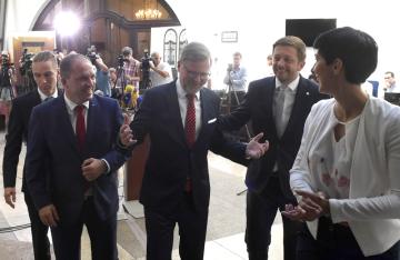 Místopředsedkyně TOP 09 Markéta Pekarová Adamová (vpravo) a předsedové opozičních stran (zleva) Ivan Bartoš (Piráti), Marek Výborný (KDU-ČSL) , Petr Fiala (ODS) a Vít Rakušan (STAN) odcházejí 18. června 2019 z tiskové konference v Poslanecké sněmovně v Praze, kde informovali, že se domluvili na vyvolání hlasování o nedůvěře vládě.