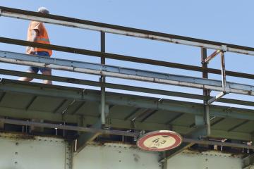Odborníci Správy železniční dopraví cesty (SŽDC) prohlížejí 18. června 2019 železniční most v Dobřanech na Plzeňsku. Do mostu narazil bagr a narušil jeho statiku. Provoz vlaků na hlavní trati Plzeň-Klatovy musel být přerušen, je zavedena náhradní autobusová doprava.