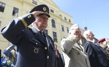 Před chrámem sv. Cyrila a Metoděje v pražské Resslově ulici se 18. června 2019 uskutečnila pietní vzpomínka při příležitosti 77. výročí výročí atentátu na Reinharda Heydricha a smrti československých parašutistů. Vlevo je válečný veterán Emil Boček.