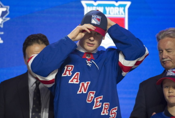 Dvojka draftu hokejové NHL Kaapo Kakko z Finska v dresu NY Rangers.