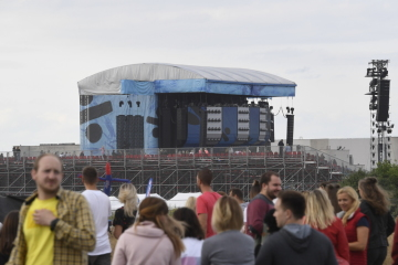Lidé přicházejí na letiště v pražských Letňanech, kde se 7. července 2019 konal koncert britského hudebníka Eda Sheerana Podle pořadatelů přijde na první ze dvou koncertů téměř 80.000 fanoušků.