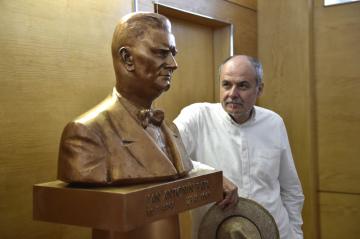 Nová busta Jana Antonína Bati od sochaře Radima Hankeho (na snímku z 8. července 2019) v osmé etáži zlínského Baťova mrakodrapu, jejíž vzhled je stylizovaný do 40. let minulého století.