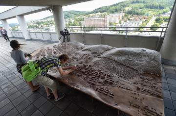 Návštěvníci si mohou nově projít celou terasu v 16. etáži zlínského Baťova mrakodrapu. V západní části terasy lidé najdou rozměrný bronzový model (na snímku) zobrazující město v 50. letech minulého století.