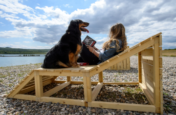 Studenti stavební fakulty ČVUT vytvořili během týdenního prázdninového workshopu na hlavní pláži u jezera Milada nedaleko Ústí nad Labem mobiliář v podobě dřevěných laviček (na snímku z 8. července 2019), převlékáren, knižního koutku a stinných míst. Návštěvníkům mají jejich díla zpříjemnit pobyt u jezera o rozloze 252 hektarů.