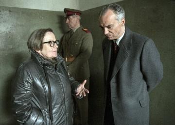 Natáčení filmu Šarlatán. Vlevo je režisérka Agnieszka Hollandová, vpravo je Ivan Trojan v hlavní roli léčitele Jana Mikoláška.