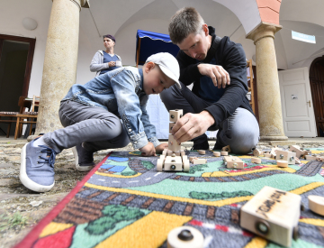 Výrobu dřevěných šperků a hraček, šití ozdob z plsti nebo dekorování keramiky si od 10. července 2019 mohou užívat především dětští návštěvníci festivalu hraček z přírodních materiálů Hračkobraní. Zámecký areál v Kamenici nad Lipou na Pelhřimovsku akci hostí již počtrnácté. Vystavuje tam 16 českých výrobců hraček, které se vymykají běžné sériové výrobě.
