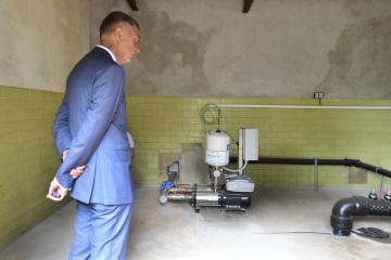 Premiér Andrej Babiš si prohlíží zařízení zavlažovacího systému 17. července 2019 na chmelnici v Lišanech na Rakovnicku, kam zavítal v rámci návštěvy Středočeského kraje kvůli suchu a dopravní problematice.