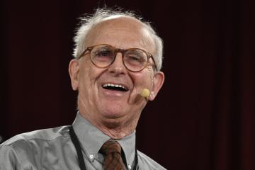 Nositel Nobelovy ceny za fyziku prof. Rainer Weiss při veřejné přednášce uspořádané v rámci konference Hranice kvantové a mezoskopické termodynamiky 2019, která pokračovala 17. července 2019 v Praze.
