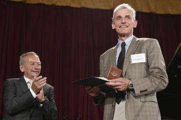 Předseda Senátu Jaroslav Kubera (vlevo) předává Stříbrnou pamětní medaili Senátu nositeli Nobelovy ceny za fyziku prof. Wolfgangu Ketterlemu v rámci konference Hranice kvantové a mezoskopické termodynamiky 2019, která pokračovala 17. července 2019 v Praze.