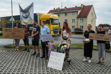 Občané demonstrovali proti premiérovi Andreji Babišovi, který navštívil 18. července 2019 místo budoucí části dálnice D3 (úsek Kaplice nádraží – Nažidla) v Netřebicích Jihočeském kraji.