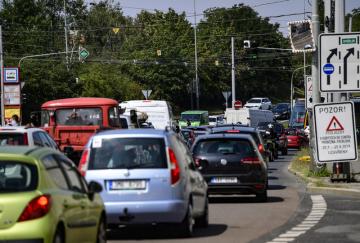Kvůli statickým a dynamickým zatěžovacím zkouškám bude do neděle 21. července 2019 úplně uzavřen lanový most na Jižní spojce v Praze. Na snímku z dopoledne 20. července 2019 je situace na objízdné trase v ulici Švehlova.