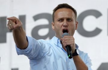 Lídr ruské opozice Alexej Navalnyj hovoří na demonstraci v Moskvě.