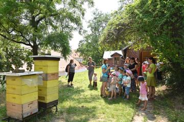 Přírodovědce a zakladatele genetiky Gregora Johanna Mendela 20. července 2019 v roli včelaře poznával lidé na festivalu Mendel je... včelař, který připomněl 197. výročí jeho narození.