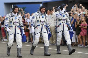 Posádka ruské rakety Sojuz-FG před startem k k Mezinárodní vesmírné stanici. Zleva Američan Andrew Morgan, Rus Alexandr Skvorcov a Ital Luca Parmitano.