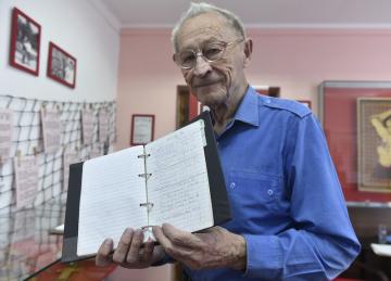 Miroslav Šnejdar z Ostravy ukazuje svůj cestovatelský deník 25. července 2019 v Pelhřimově.