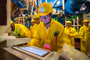 Ministr průmyslu a obchodu Karel Havlíček za ANO (vpředu) při dozimetrické kontrole 2. srpna 2019 po návštěvě reaktorového sálu druhého bloku Jaderné elektrárny Temelín, který si prohlédl v rámci své návštěvy Jihočeského kraje.