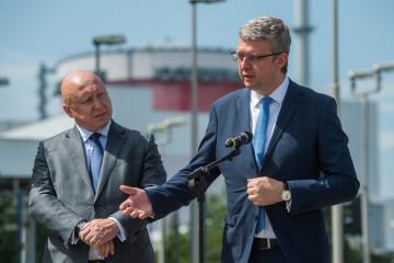Ministr průmyslu a obchodu Karel Havlíček za ANO (vpravo) vystoupil na tiskovém brífinku 2. srpna 2019 před Jadernou elektrárnou Temelín, kde si prohlédl reaktorový sál druhého bloku v rámci své návštěvy Jihočeského kraje. Na snímku vlevo je generální ředitel a předseda představenstva ČEZ Daniel Beneš.