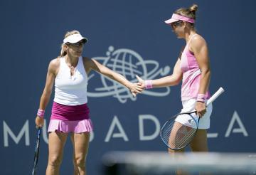 Česká tenistka Květa Peschkeová (vlevo) a Američanka Nicole Melicharová.