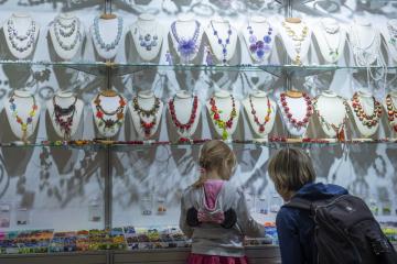 Žena s dívkou si prohlížejí exponáty 8. srpna 2019 v Jablonci nad Nisou na přehlídce skla a bižuterie Křehká krása.
